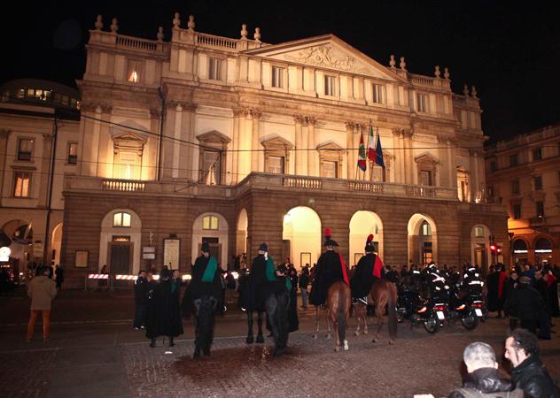 Alla scala di milano molte mise eleganti altre orrende celebrity - Dive italiane nude ...