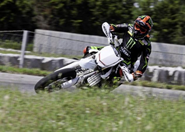 Dovizioso si allena sulla Yamaha YZ450SM