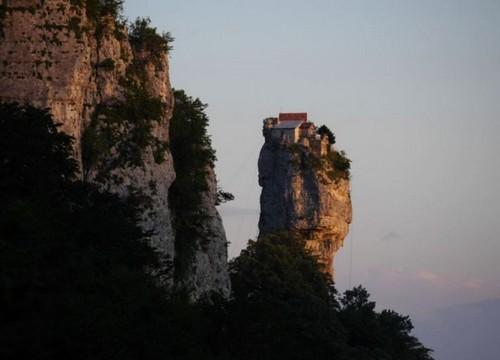 Pi vicino a dio monaco vive in una casa su una roccia a for Piani di casa di roccia