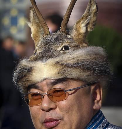Dalle corna di cervo alle paillettes i cappelli assurdi for Corna cervo